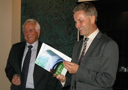 b0d16531 Øystein Herland har vært en synlig bilimportør-leder. Her overrekker han  Volvos miljørapport til miljø- og utviklingsminister Erik Solheim i 2010.